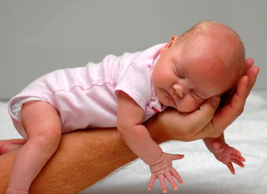 Как правильно выкладывать на живот новорождённого?